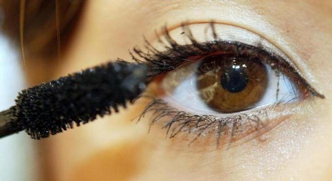 حيل بالماكياج تبرز جمال عيونك