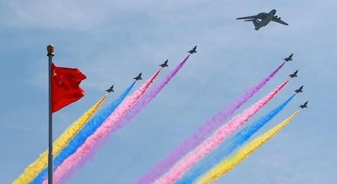 طائرات صينية تشارك في العرض في سماء بكين