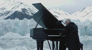 شاهد.. عزف البيانو ع