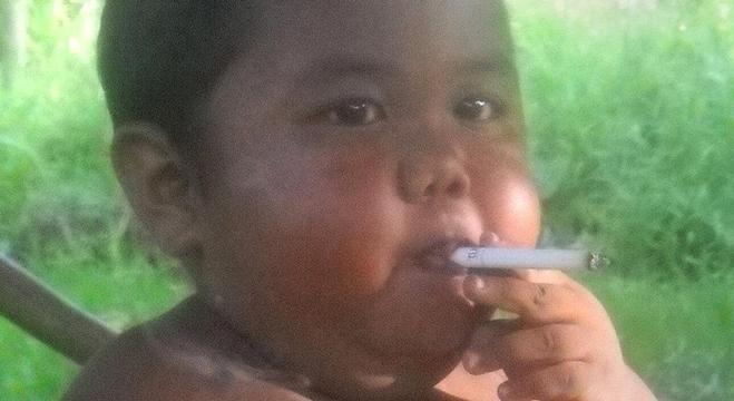 شاهذا ماذا حل بالطفل الأندونيسي الذي كان يدخن 40 سيجارة يوميا في عمر السنتين (فيديو)