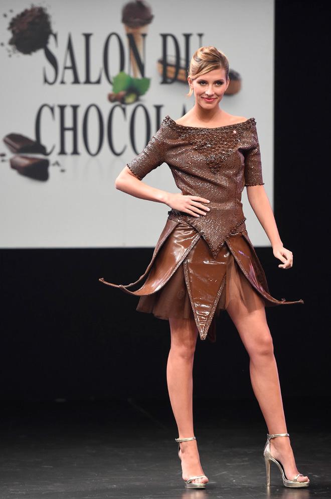 مشاهير النساء في أزياء صنعت من الشوكولا