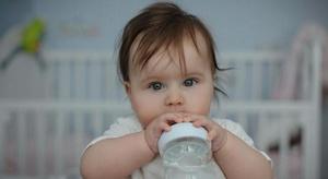 لماذا يشكل شرب الرضع
