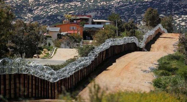 الجدار الحدودي مع المكسيك