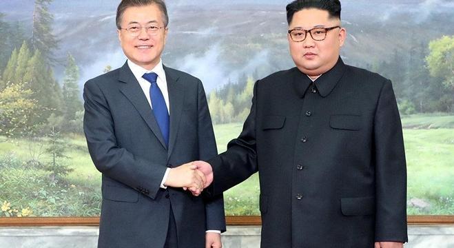 رئيس كوريا الجنوبية مون جيه مع زعيم كوريا الشمالية كيم جونغ أون