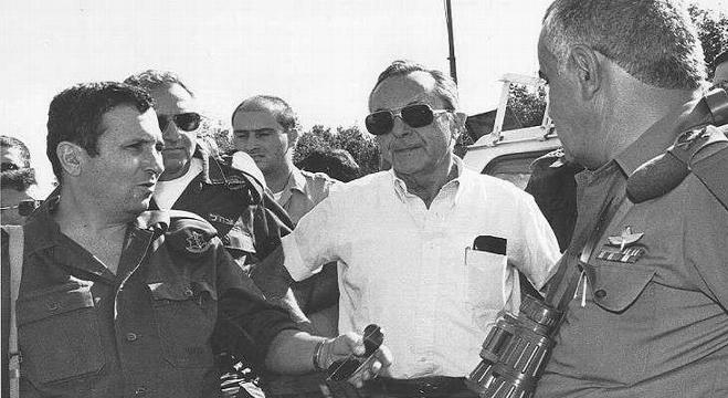 موشيه آرينز مع نائب رئيس أركان الجيش يهود باراك