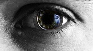 اختراع أول عين صناعي