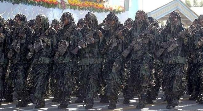 عناصر من القوات الإيرانية خلال استعراض عسكري